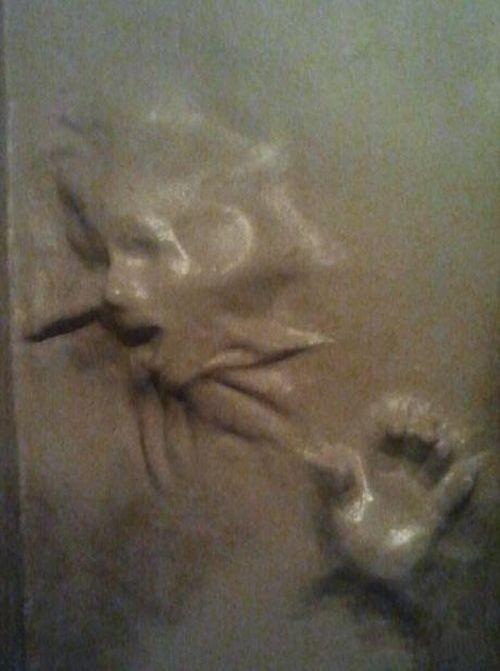 gotycki mroczny pokój - horror, zjawy w ścianach