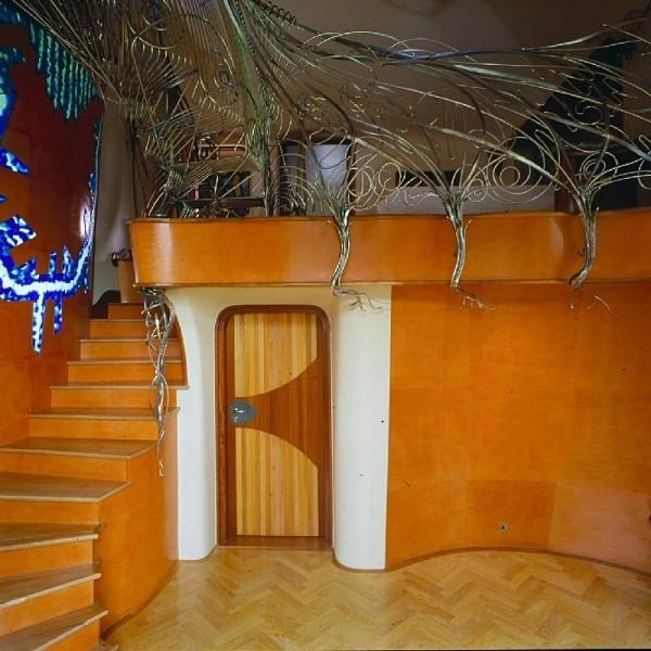 smoczy dom - widok na schody od dołu