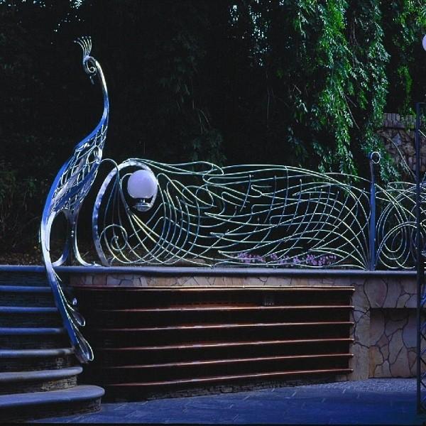 smoczy dom - paw w ogrodzie