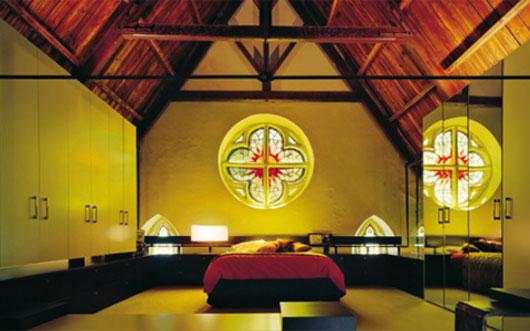 gotyckie łóżko - dom przerobiony z kościoła