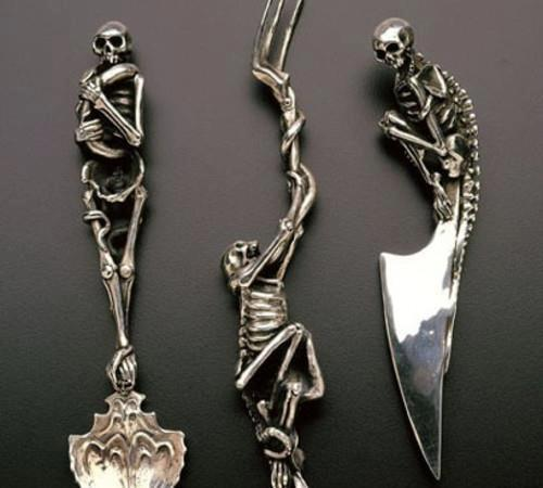 gotyckie sztućce- mroczna zastawa stołu, nóż i widelec z czaszką