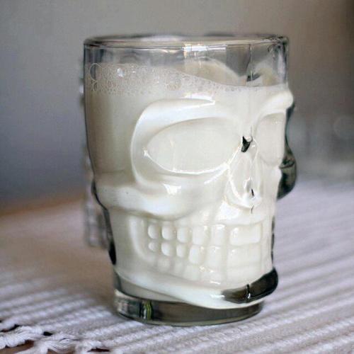 mroczna szklanka w kształcie czaszki