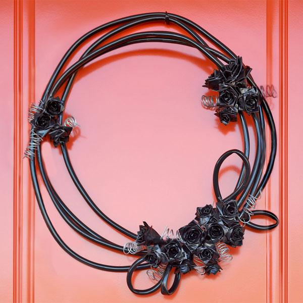 dekoracja na halloween z czarnych róż