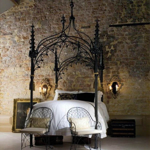 gotycka sypialnia - pokój w stylu romantycznym, łoże z baldachimem i złote ramy