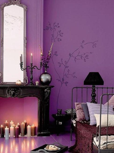 gotycki pokój - magiczne świece, fioletowe ściany, czarne dodatki w mrocznym wnętrzu