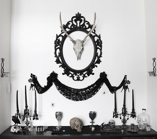 gotycki wystrój domu - mroczne wnętrza, czaszki na ścianach i gotyckie ramy