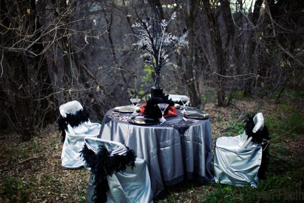 Stól udekorowany na ślub w stylu Halloween