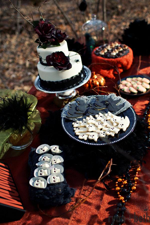 Dekoracje stołu na halloween i tort z pająkami