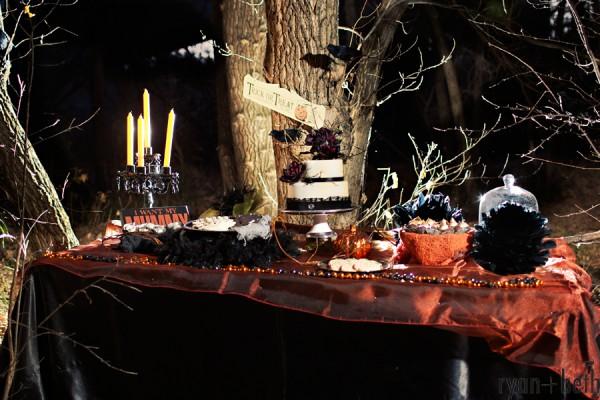 Dekoracje stołu i tort na Halloween