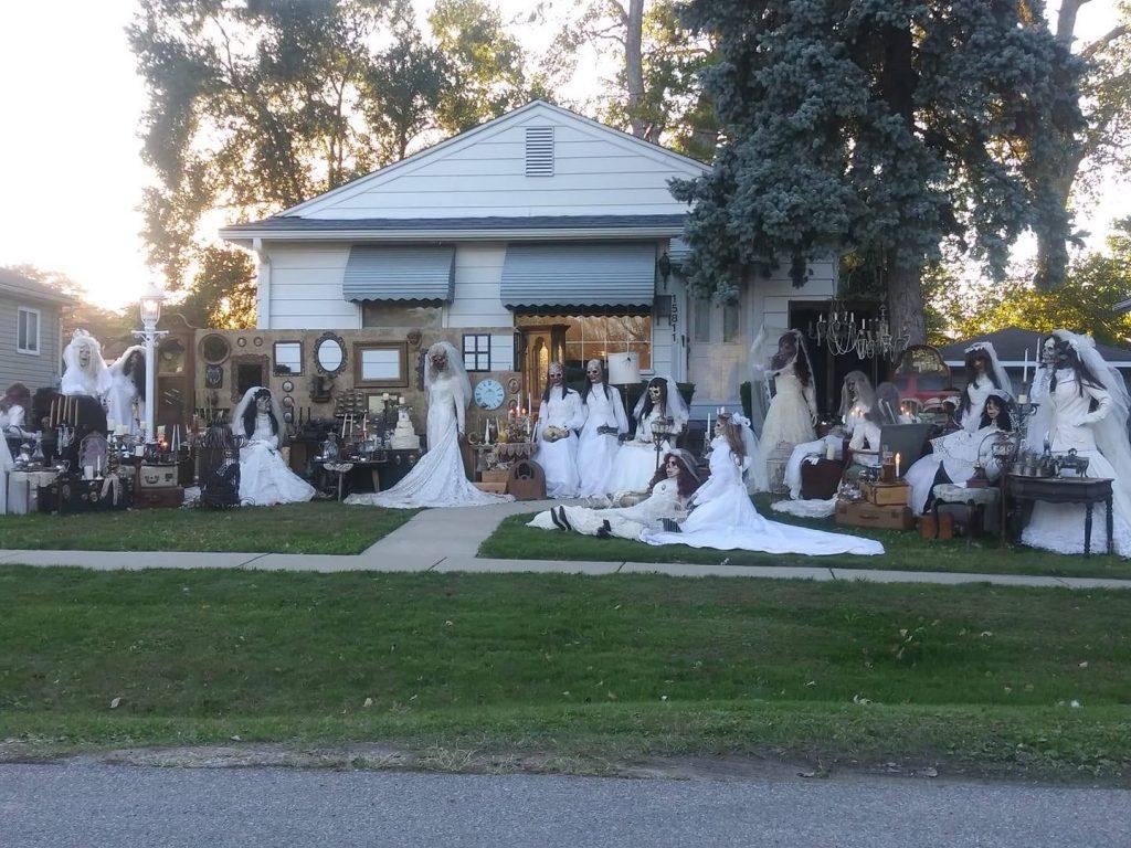 dekoracje w ogrodzie na Halloween