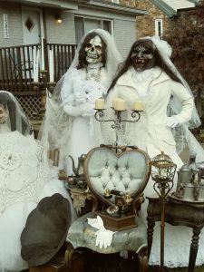 dekoracje w ogrodzie na Halloween, zombie i duchy